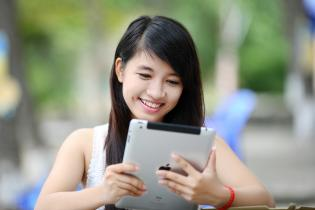 woman_with_ipad
